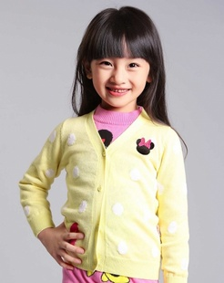 女童浅黄开衫