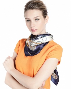女款藏青色/米黄色卡通锁链时尚印花丝巾