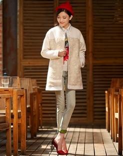 白色现代感复古印花梦幻大衣