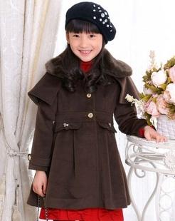 女童棕色大衣
