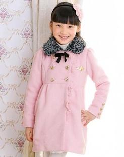女童粉红色大衣